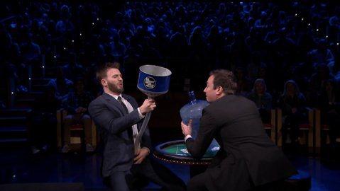 美國隊長克里斯伊凡(Chris Evans)上脫口秀節目與主持人Jimmy Fallon一起玩撲克牌遊戲,遊戲輸的懲罰就是,將冰水灌入下半身,第一局主持人輸了甘願接受懲罰,之後接連兩局都是美國隊長輸...