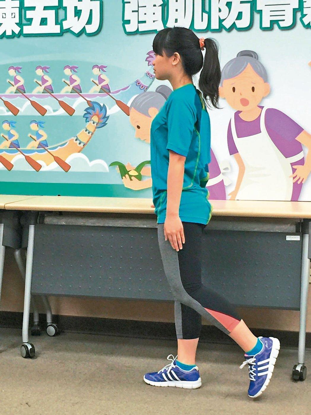 骨盆鍛鍊:單手扶椅,單腳向前滑動並維持腳趾接觸地面,再微抬起離地5公分,輕輕向後...