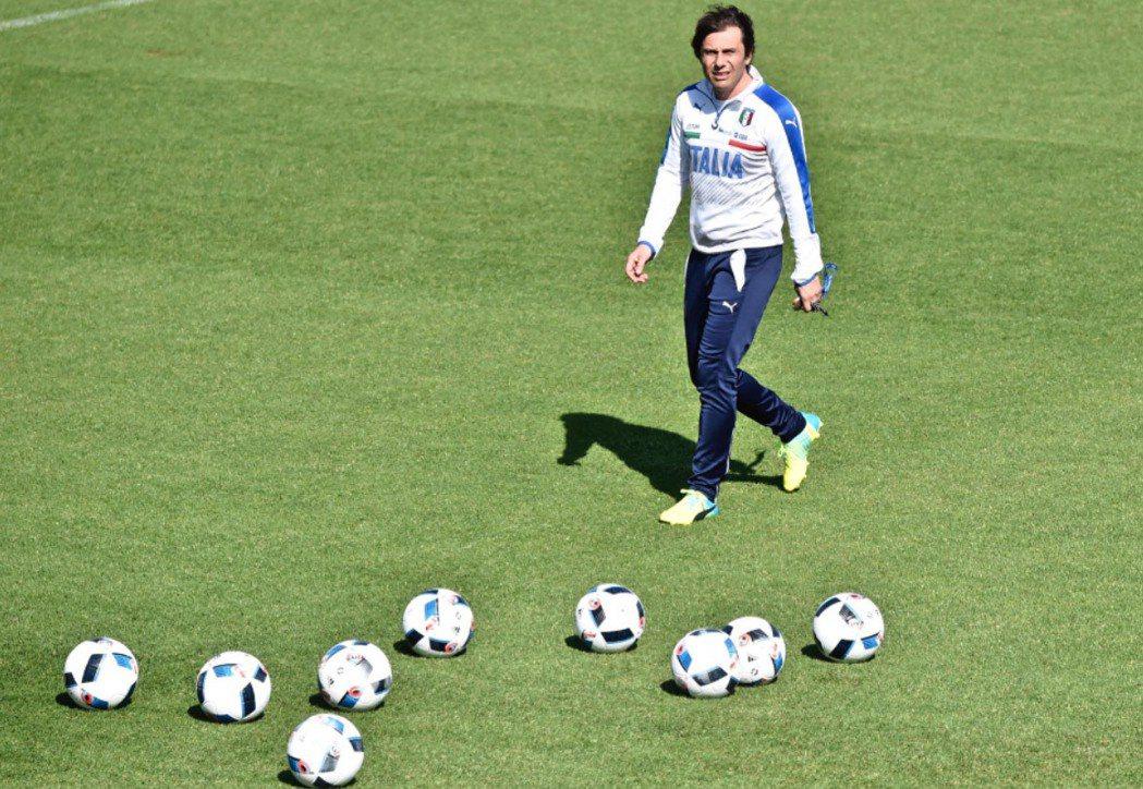 圖為義大利國家隊教練Antonio Conte為歐洲國家盃足球賽(Euro 20...