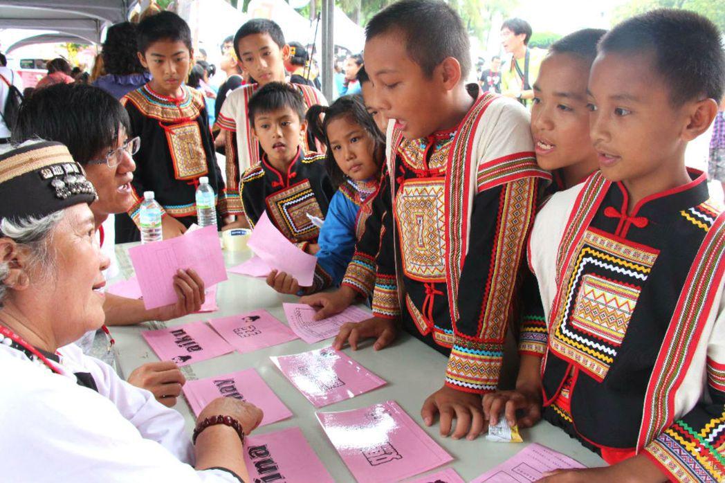 台東縣政府舉辦母語嘉年華,原住民小朋友穿著傳統服飾參加母語闖關。 圖/聯合報系