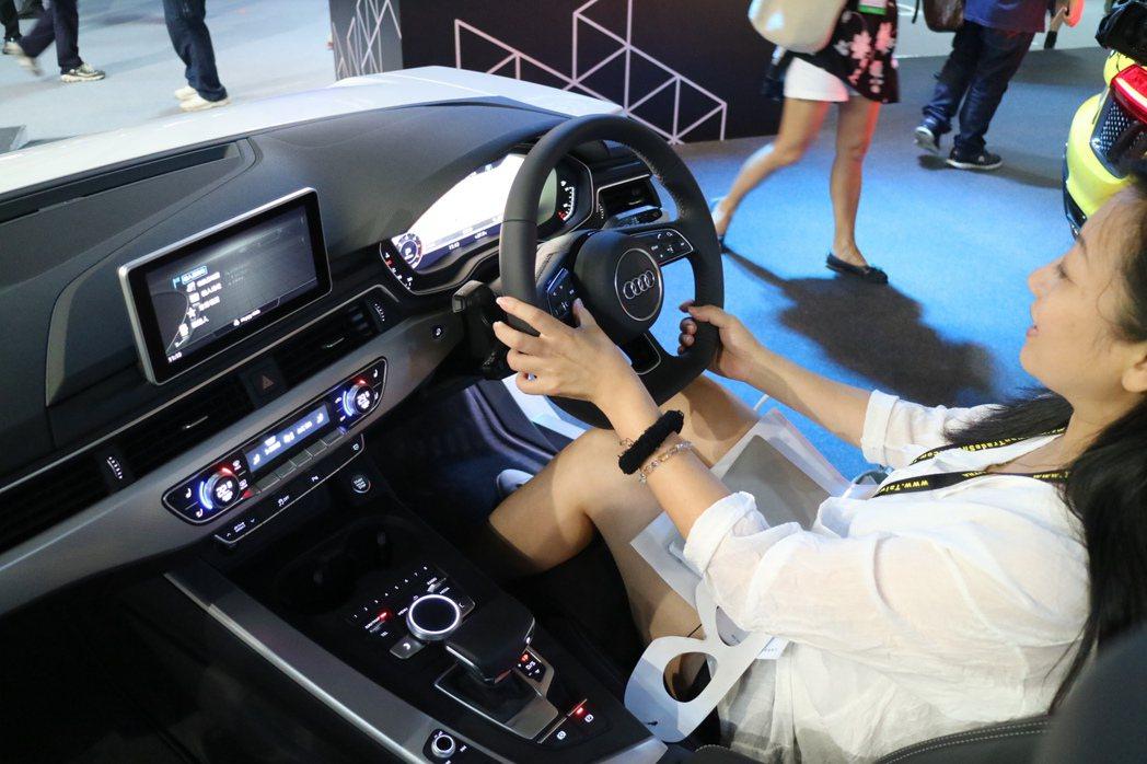 台灣奧迪砸下重金,遠從德國原廠空運比照全新Audi A4內裝所打造的全數位虛擬座...