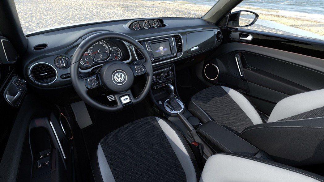 內裝部分也有細微調整,其中Design Line與R-Line車型均配備全新自發光儀錶組。 摘自Volkswagen