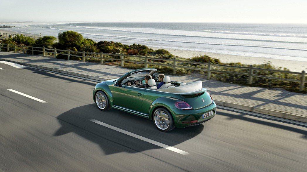 車尾保險桿造型也經過微調,搭配LED燻黑尾燈,使其擁有更為動感的視覺外觀。 摘自Volkswagen