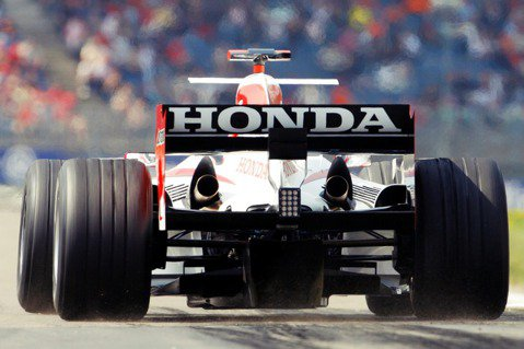 本田曾在2005年收購了英美車隊(BAR)的持股重新回到了F1賽道,但表現始終不...
