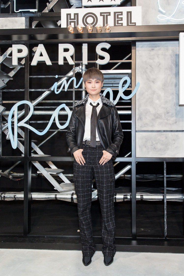 李宇春穿香奈兒2016秋冬黑色皮外套、斜紋軟呢長褲。圖/CHANEL提供