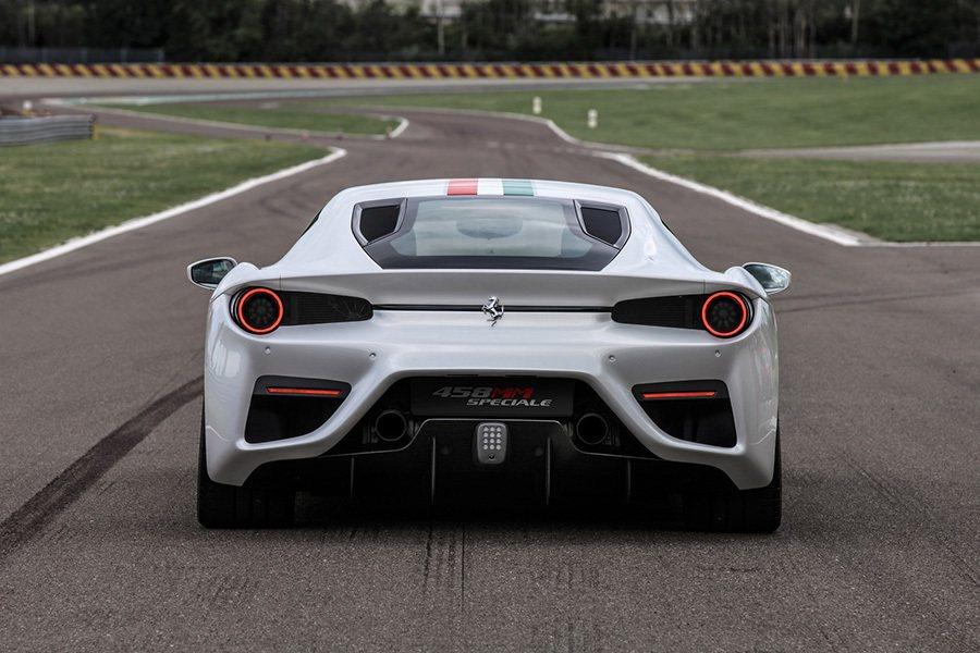 車尾的新尾翼也能在高速行駛中,提供車輛更佳的下壓力,提升操控與穩定性。 Ferrari提供