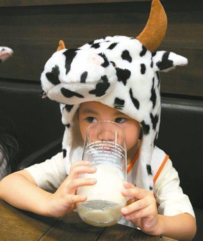 身高發育期的孩童,一日建議喝兩杯240毫升鮮奶,補充一日所需鈣質。 圖/董氏基金...