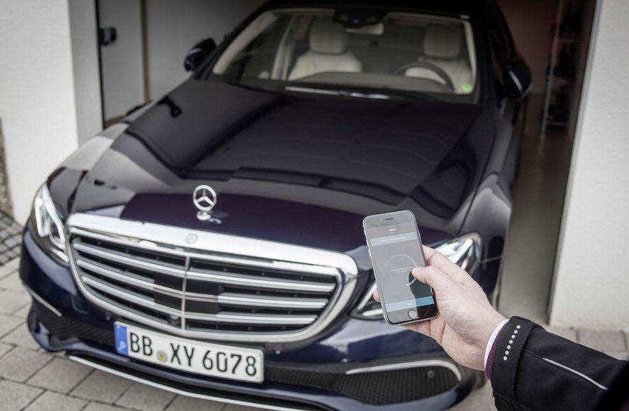 E系列搭載前衛的車聯網功能,讓手機變身成為停車輔助的神器,透過iPhone,我們...