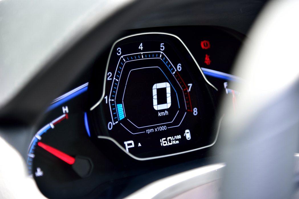 S3戰鬥機式的儀表板帶給人強烈的科技感受。 記者彭奕翔/攝影