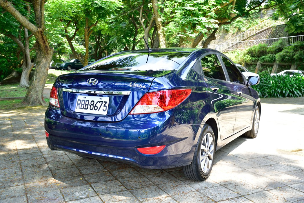 Verna的coupe-like斜背短車尾跑格,讓整體造型格外亮眼動感。 記者彭...