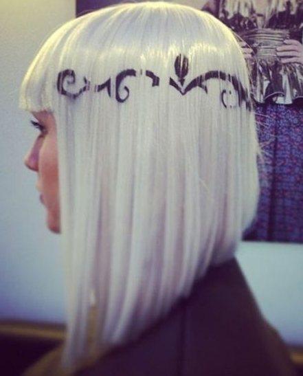 在銀色的頭髮上配上你喜歡的符號文字,簡直太個性了有沒有,很像漫畫人物。圖文:悅己...