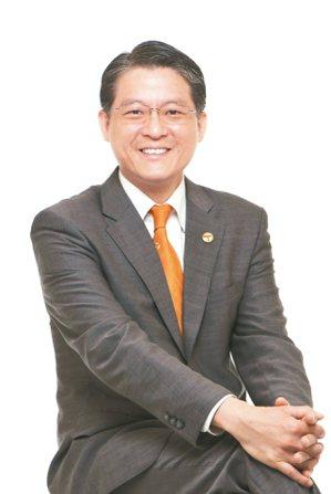 台灣房屋副總裁周鶴鳴呼籲年輕人「房子是最後尊嚴、不要怕買房」,被網友酸「又在講幹...
