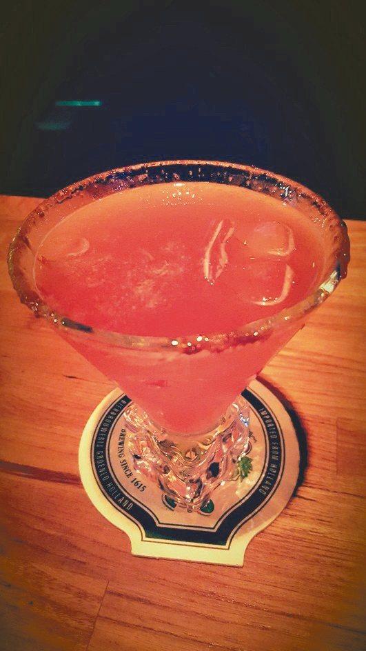 「草莓之吻」是以兰姆酒为基底的水果香甜酒,杯缘还抹上一圈黑糖,风味独特。 记者赖...