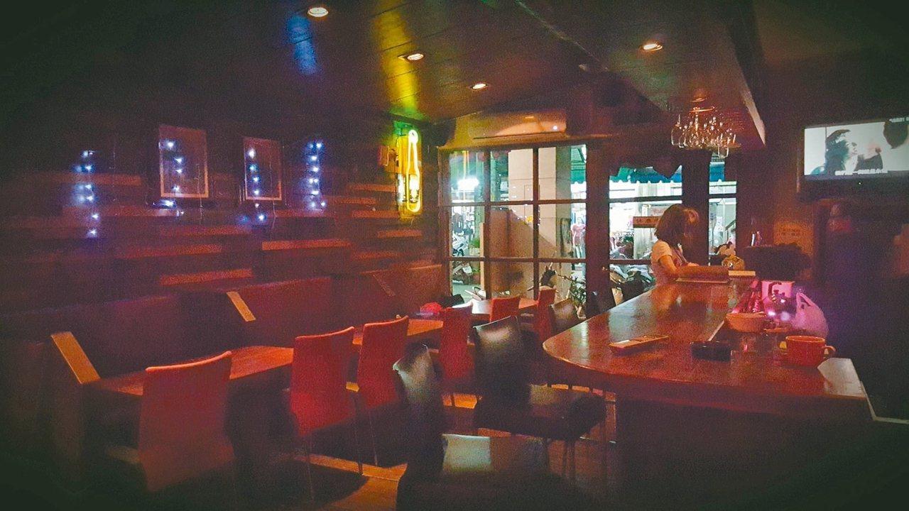 「Michael Bar」店内陈设朴实简约,只见木制吧台和简单隔出5格的顾客区。 ...