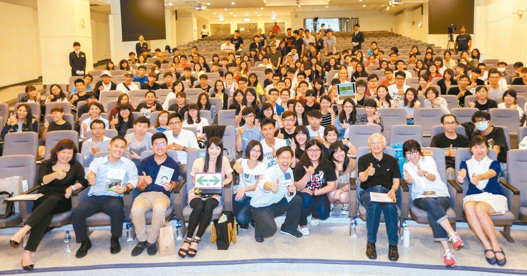 聯合報系願景工作室舉辦「青年開路論壇」,昨在台中弘光科大開講,講者與學生合影留念...