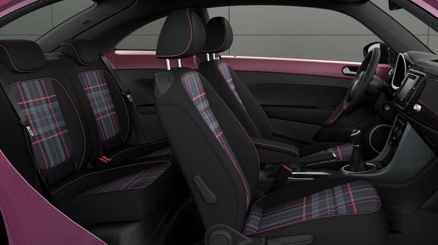 內裝以黑色為底,搭配粉紅色線條點綴,並具備許多方便性配備。 Volkswagen提供