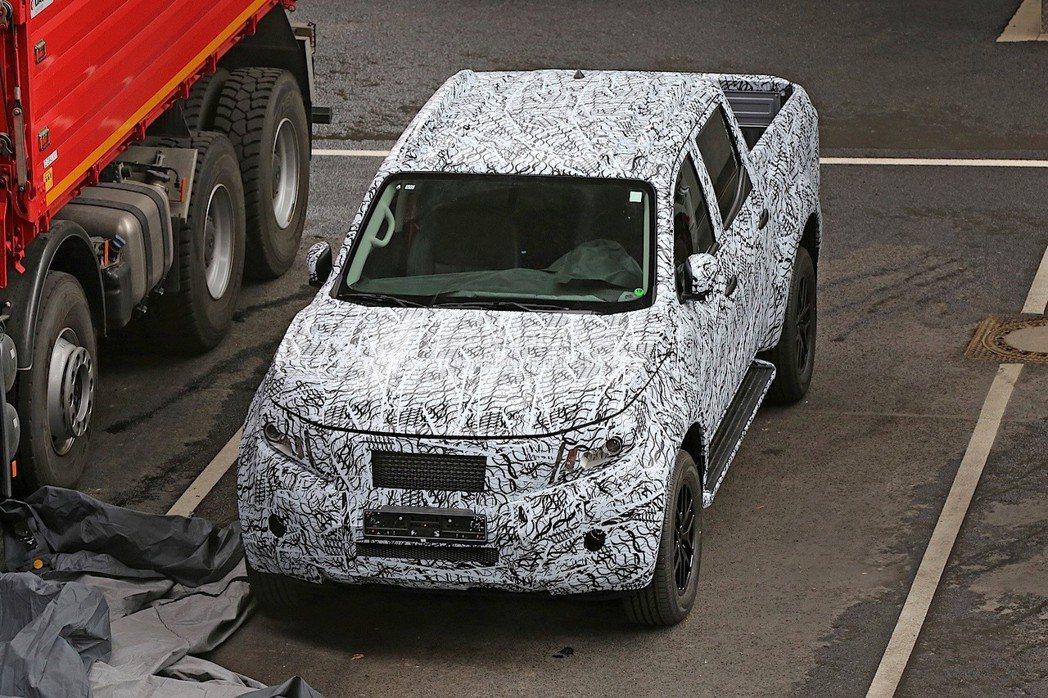 近日國外狗仔隊也捕捉到M.Benz這部全新Pick-up的測試車型。 摘自aut...