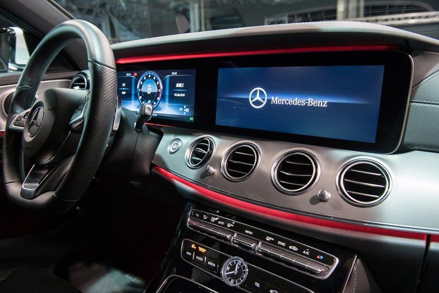 若選擇寬螢幕數位儀表配備,由兩具12.3吋高解析度液晶螢幕組成的寬螢幕將所有車輛資訊以數位虛擬方式呈現。