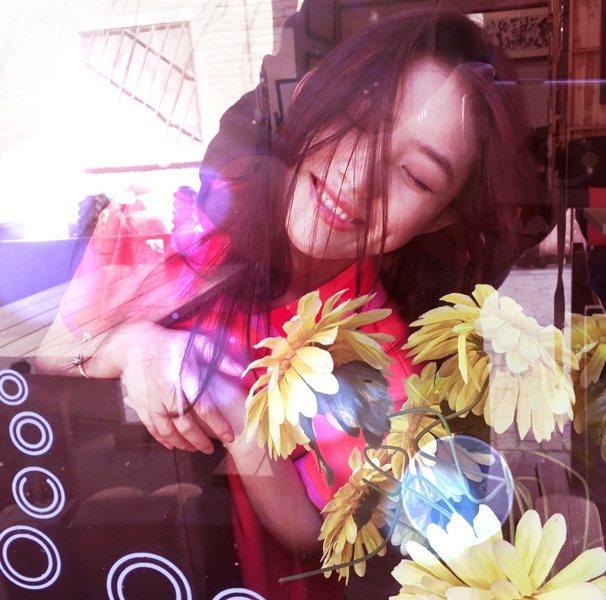 卸掉髮絲上的定型產品,吹出蓬松的靈動模樣,與生機滿滿的花朵相映成趣。圖文:悅己網