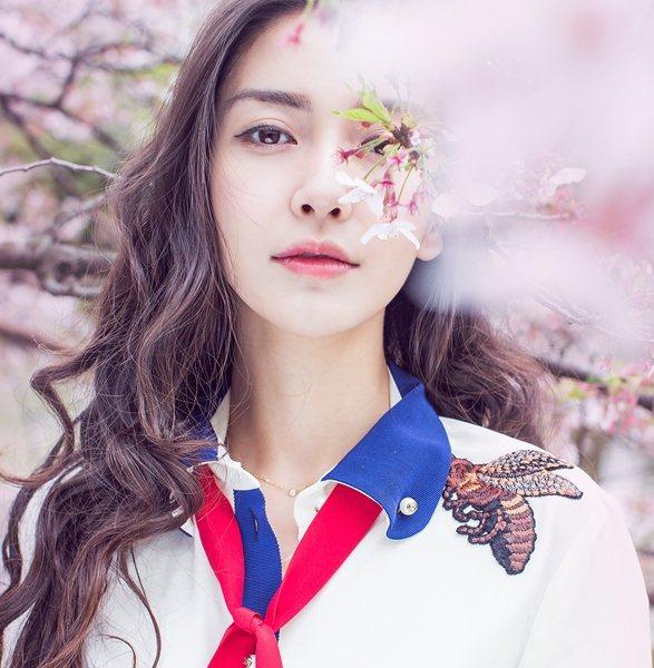 在櫻花的粉調中加入凸顯肌膚白皙的橘,Baby的唇色嫩嫩的。圖文:悅己網