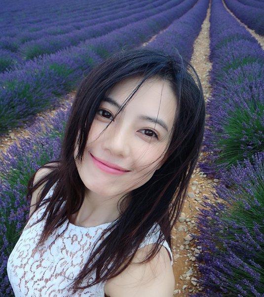 秀髮吹出自然的層次感,再用粉橘色描繪雙頰與嬌唇,大片的薰衣草園都美她吸睛呢!圖文...