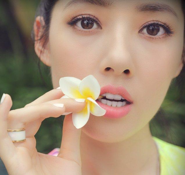 粉橘色唇彩輕松呈現好氣色,與花同出鏡的郭碧婷真好看。圖文:悅己網