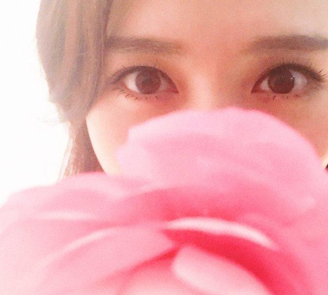 用粉嫩花朵擋住面部下半段,露在外的雙眸被美瞳線、淡淡的睫毛膏修飾,自然不做作。圖...