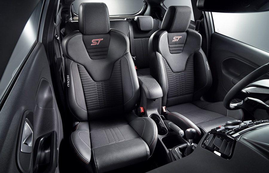 座艙內搭載了一組擁有半皮格與車縫線的 Recaro筒型座椅。 Ford提供