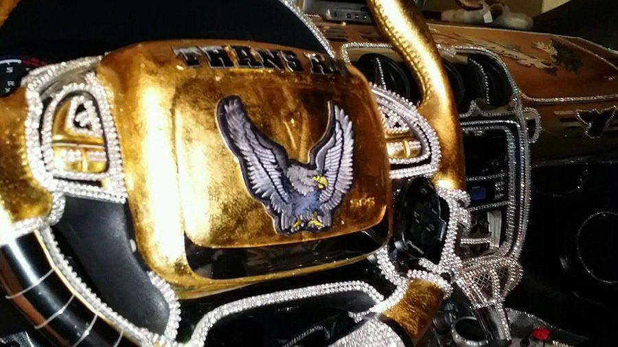 全車還鑲上了超過30萬顆的 Swarovski施華洛世奇水晶。 摘自carscoops.com