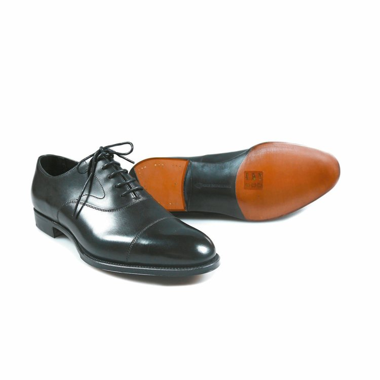Edward Green黑色小牛皮橫飾牛津鞋,37000元。 圖/Oakroom...