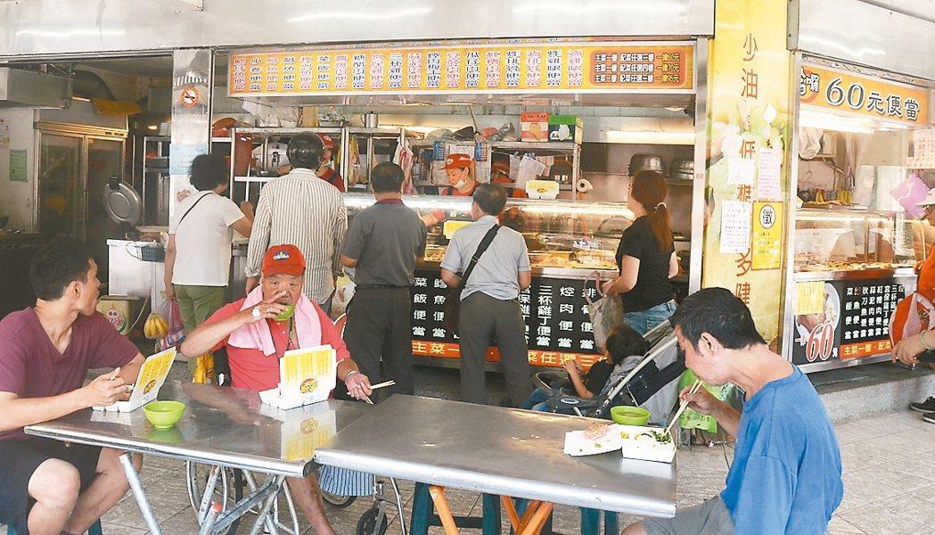 圖為自助餐昨午民眾排隊吃飯情況。 記者游明煌/攝影