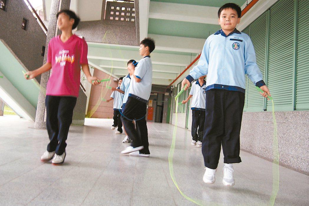 今年13歲的「小杰」(見圖右)從小身高就比同班同學矮小,上國中之後其他同學開始抽...