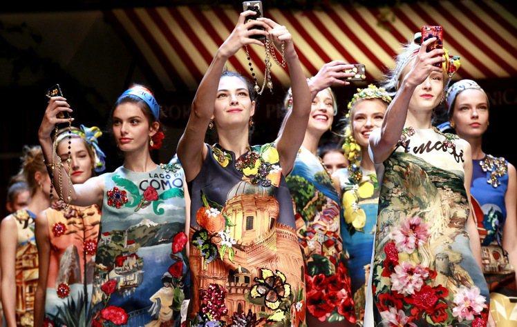 Dolce & Gabbana 春夏偏愛柑橘類水果,檸檬、橘子出現在模特兒的洋裝...