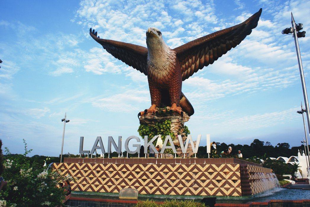 蘭卡威的地標名片「巨鷹廣場」。這座12公尺高的巨鷹雕像,是蘭卡威的象徵與地名由來...