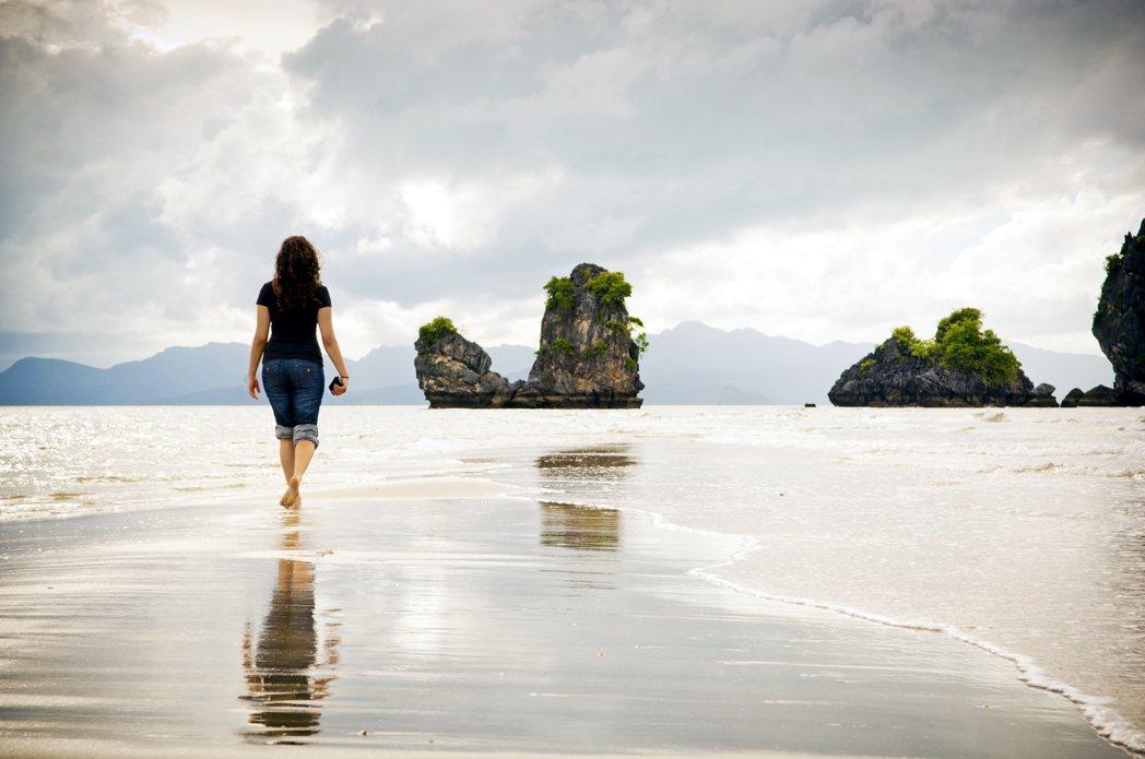 炎熱的夏天慢慢逼近,海島度假旅遊的季節又到了。圖為蘭卡威北部的另一濱海景點,丹絨...