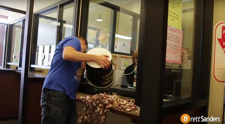 Brett將2萬枚硬幣倒在服務櫃檯上後,立即閃人。 摘自Brett Sanders YouTube