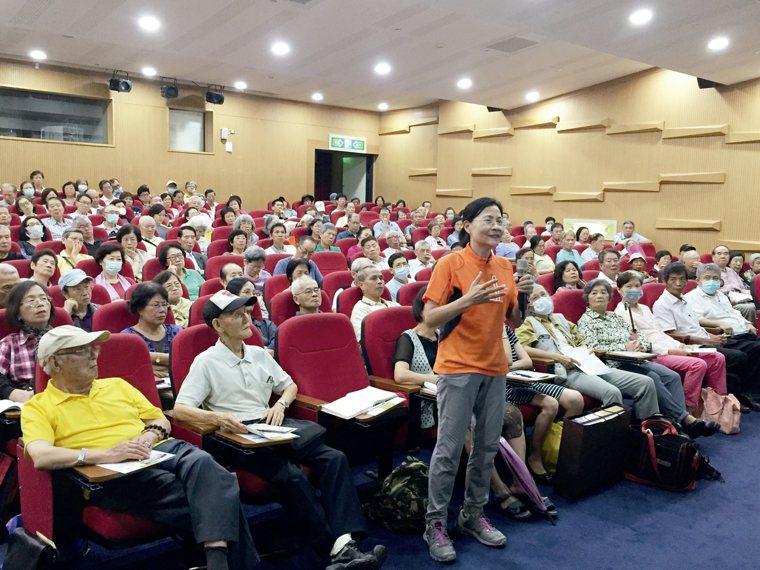 元氣講座會場,許多銀髮族前來學習有關肺炎的知識,並且踴躍發問。