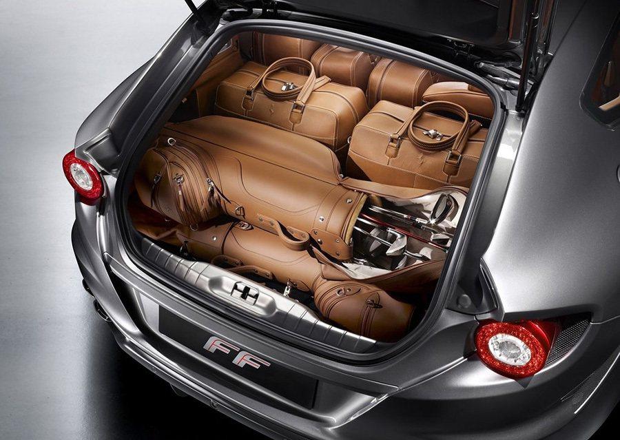 掀背尾門的設計讓車主能輕鬆將大型物件放進行李廂,而當後座椅背傾倒後,就能擁有更充足的空間放置IKEA的傢俱配件了。 Ferrari提供