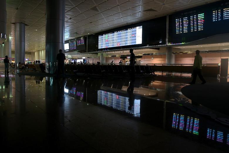 機場淹水當天大廳櫃檯受到影響停電關櫃。 圖/聯合報系