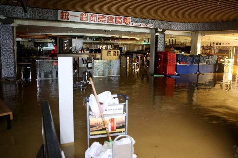 機場地下室用餐區商家受水災影響停業。 圖/聯合報系