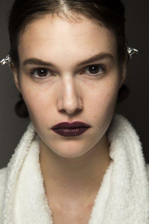 暗紫的黑加侖色,神秘且霸氣,真的是女神範的必備。圖文:悅己網