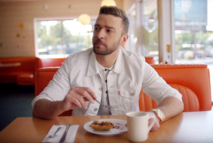 賈斯汀在新MV中以一身白的休閒服裝、鞋款搭配了黃K金表鏈的手表。圖/摘自yout...