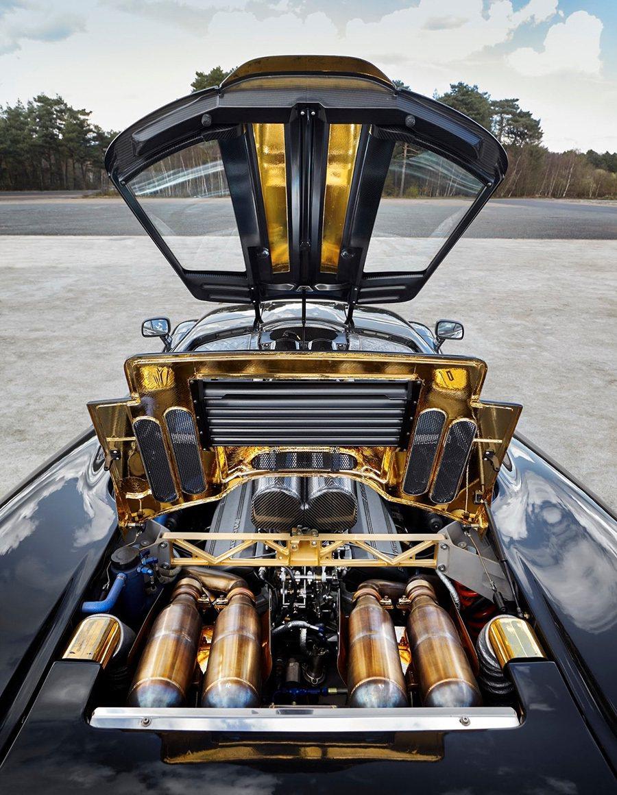為了達到最佳散熱功能,McLaren汽車砸重本,替 McLaren F1的引擎室裝上黃金飾板。 McLaren提供