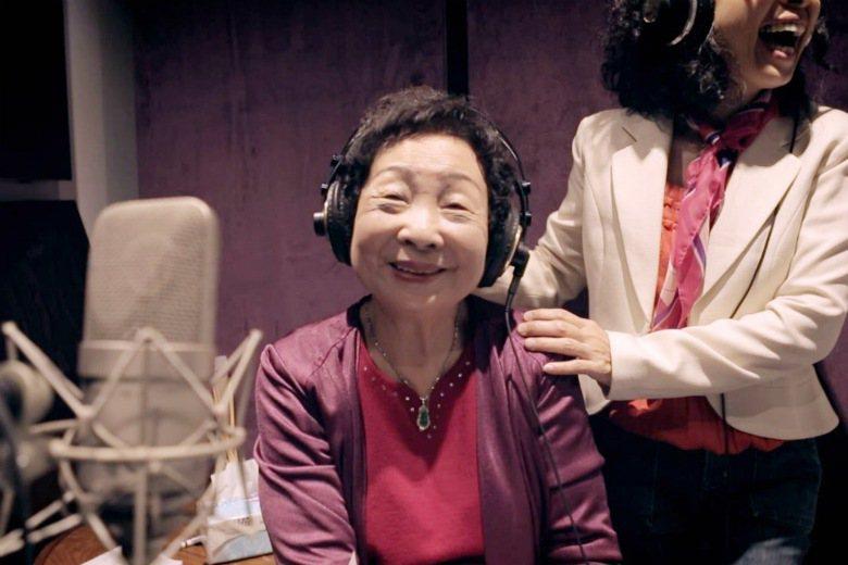 慰安婦紀錄片〈蘆葦之歌〉中,蓮花阿嬤完成錄製唱片的夢想。 圖/聯合報系