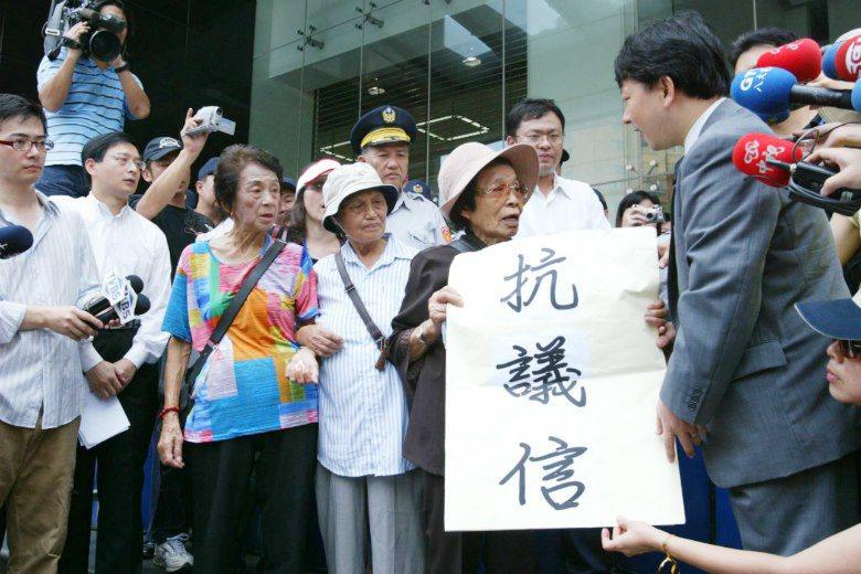 前台籍慰安婦小桃阿嬤親自遞送抗議書給日本交流協會代表,抗議日本藐視慰安婦的錯行。...