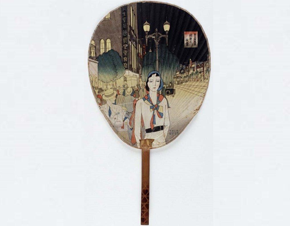 「銀座因為資生堂而閃耀。」30年代以銀座為主題的彩繪扇,時尚女子的身後即是地標記...