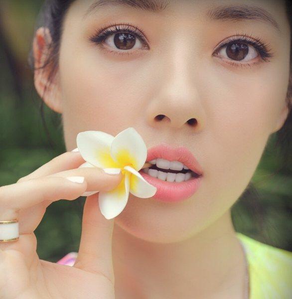 根根分明的空氣感睫毛將眼眸神韻自然呈現,將郭碧婷襯托得靈氣滿滿。圖文:悅己網