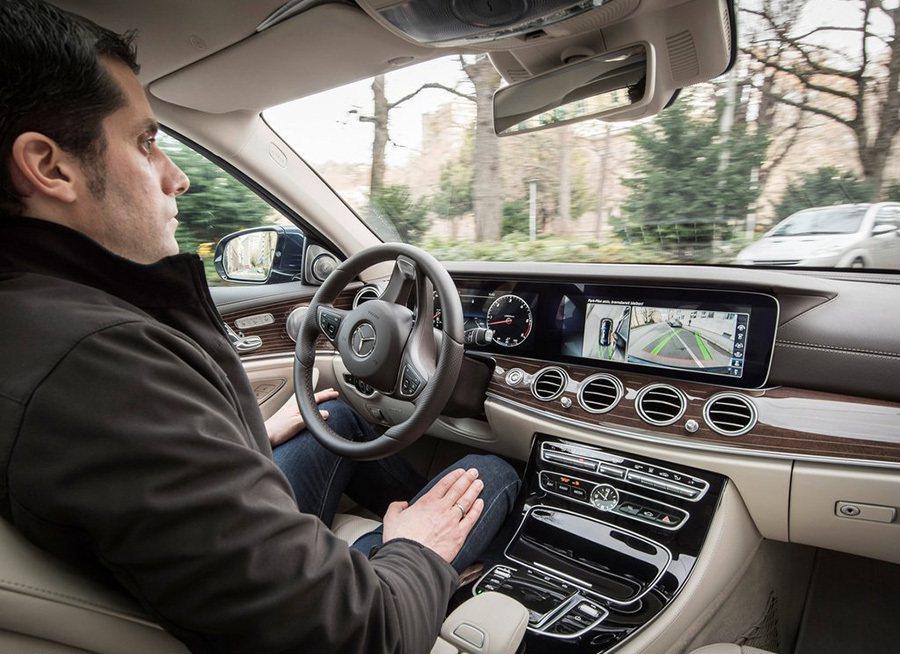全新 Mercedes-Benz E-Class轎車也幾乎就是一台可以無人駕駛的車子。 Mercedes-Benz提供
