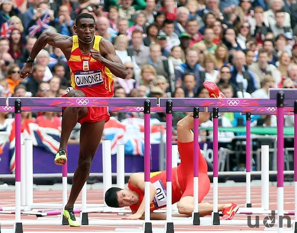 大陸選手劉翔(右)在2012年倫敦奧運110跨欄預賽撞到第一欄而跌倒。記者侯永全...