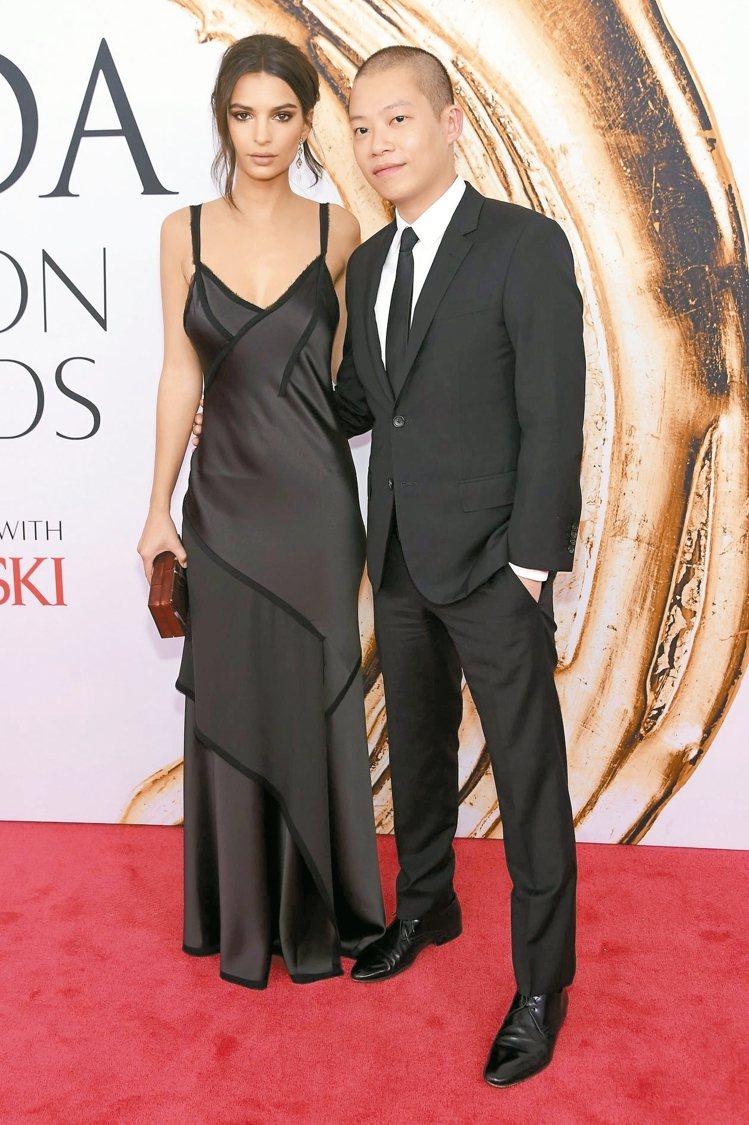 名模Emily Ratajkowski(左)身穿Jason Wu黑色禮服,與吳季...